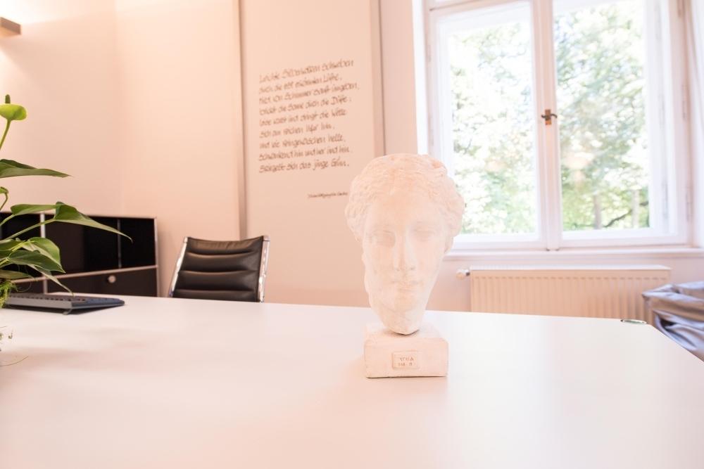 Büste in der Praxis für Oralchirurgie von Dr. Annette Felderhoff-Fischer in München