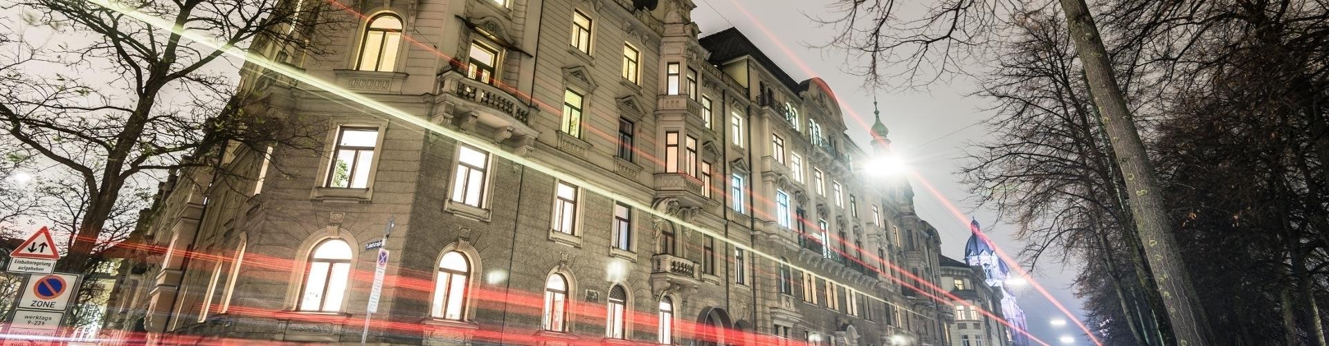 Blick auf das Haus der Praxis für Oralchirurgie von Dr. Annette Felderhoff-Fischer in München